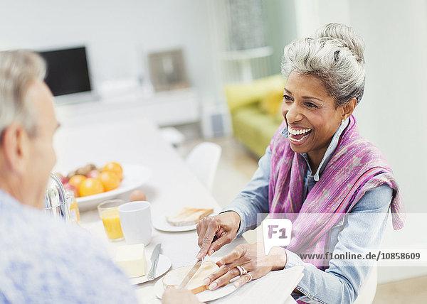 Reife Paare genießen das Frühstück am Tisch