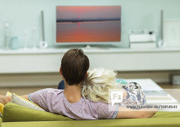 Entspanntes Paar beim Fernsehen auf dem Wohnzimmersofa
