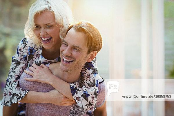 Paarumarmung und Lachen