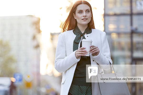 Geschäftsfrau beim Kaffeetrinken in der Stadt