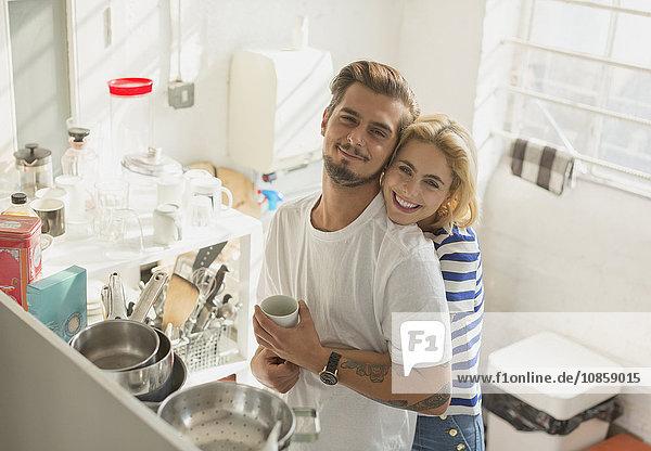 Portrait lächelndes junges Pärchen in der Wohnküche