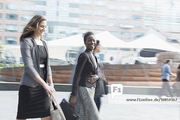 Portrait lächelnde Geschäftsfrau beim Spaziergang im Freien