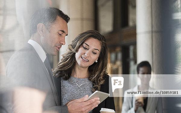 Geschäftsmann und Geschäftsfrau mit digitalem Tablett