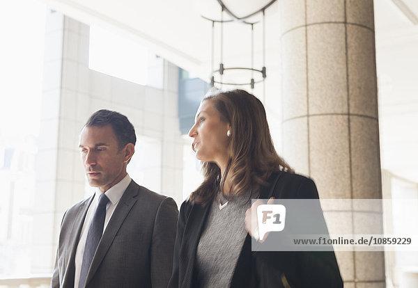 Geschäftsmann und Geschäftsfrau im Gespräch und Spaziergang im Freien