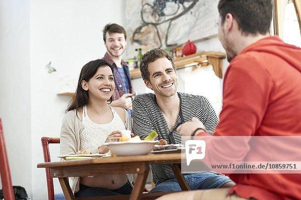 Vier Freunde beim Frühstück