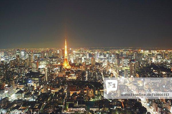 Stadtbildansicht mit Tokio Tower bei Nacht  Tokio  Japan