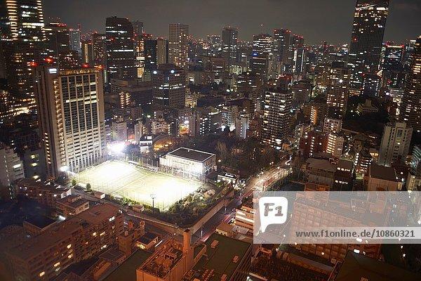 Stadtbildansicht mit Wolkenkratzern und Sportplatz bei Nacht  Tokio  Japan