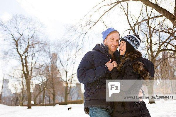Romantisches junges Paar im verschneiten Central Park  New York  USA