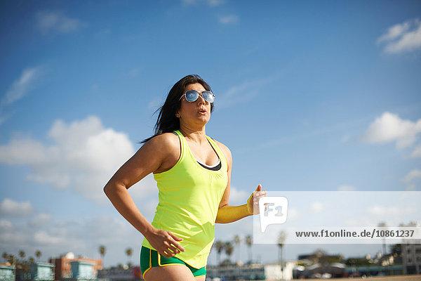 Frau mit Sonnenbrille beim Joggen