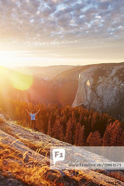 Wanderer jubelt auf dem Hügel  Yosemite-Nationalpark  Sierra Nevada