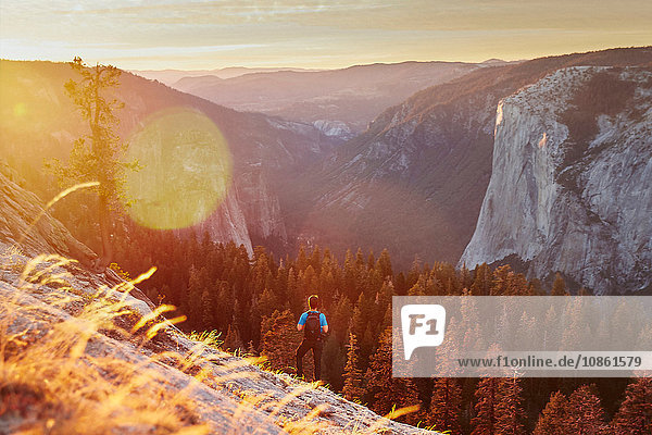 Wanderer auf einem Hügel  Yosemite-Nationalpark  Sierra Nevada