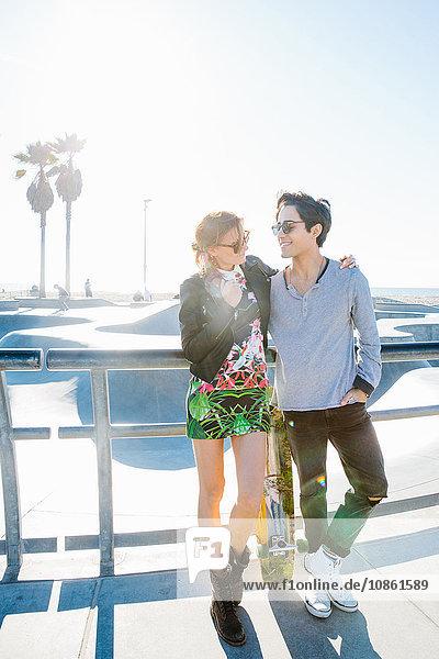 Junges Paar steht zusammen  im Freien  von Angesicht zu Angesicht  lächelnd
