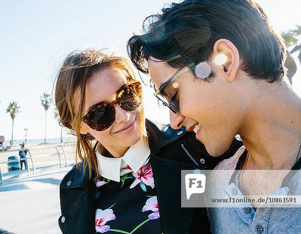 Junges Paar steht zusammen  im Freien  lächelnd