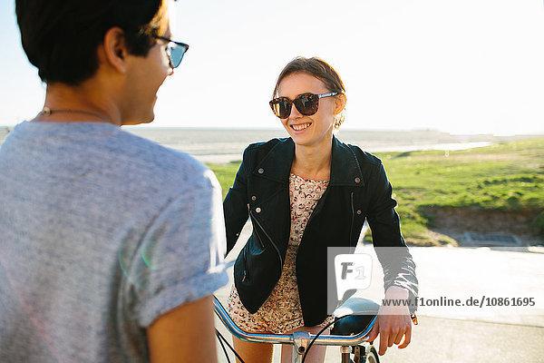 Junges Paar beim Plaudern am Strand  Venice Beach  Kalifornien  USA