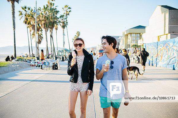 Junges Paar beim Spaziergang mit Eiswaffeln  Venice Beach  Kalifornien  USA