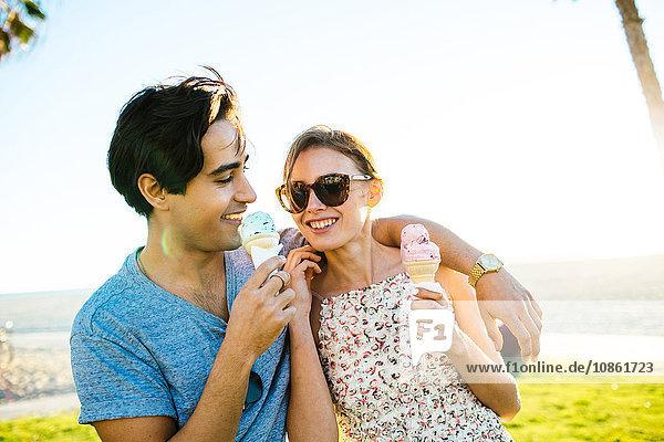 Romantisches junges Paar an der Küste beim Essen von Eistüten  Venice Beach  Kalifornien  USA
