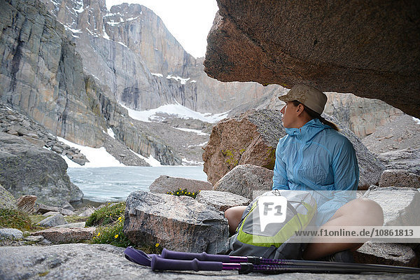 Wanderer macht Pause  Chasm Lake  Rocky Mountains National Park  Colorado