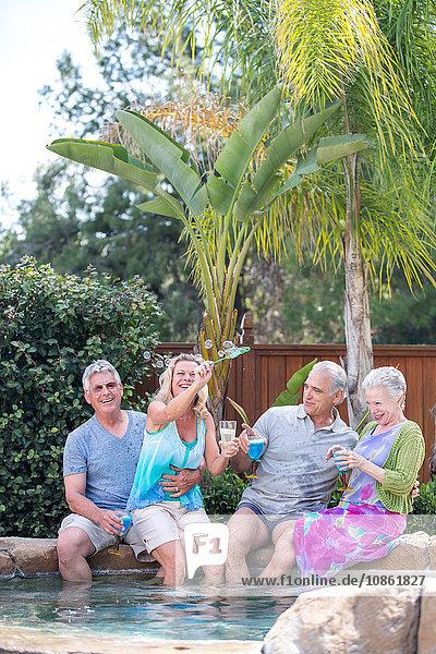 Gruppe von Senioren im Schwimmbad
