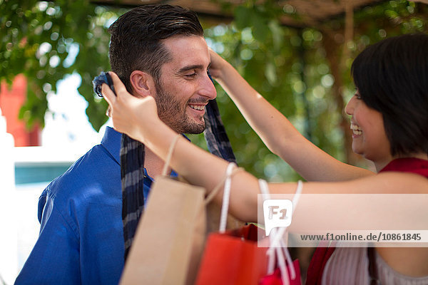 Junge Käuferin schenkt ihrem Freund neue Krawatte in der Stadt