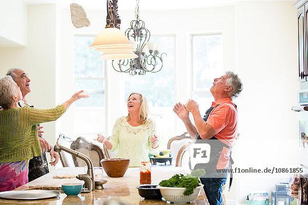 Gruppe von Senioren mit Spaß in der Küche