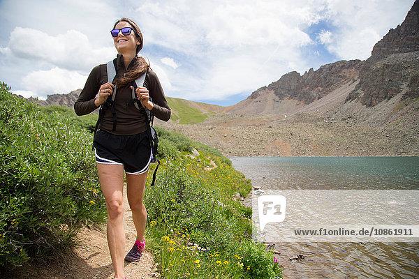 Glücklicher Wanderer  Cathedral Lake  Aspen  Colorado