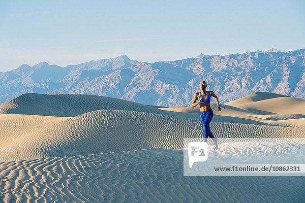 Läufer im Wüstensprint  Death Valley  Kalifornien  USA