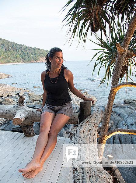 Reife Frau sitzt auf dem Deck und schaut auf die Aussicht  Koh Lanta  Thailand