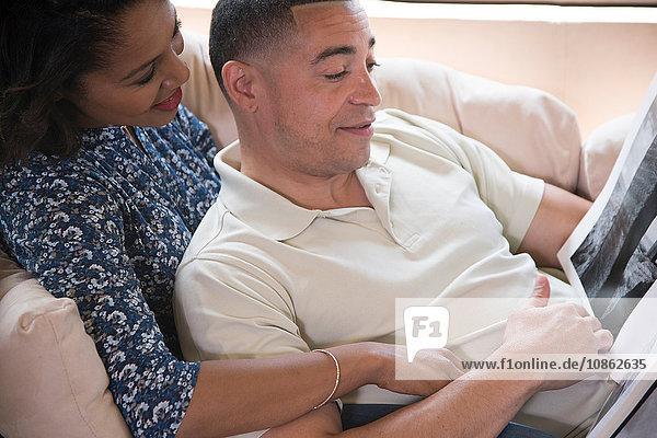 Paar Lesebuch auf dem Sofa