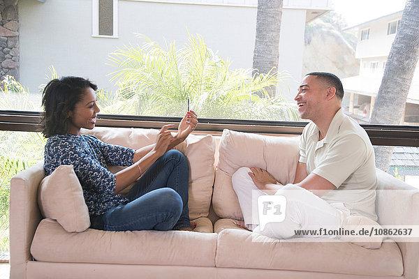 Fotografieren eines Paares auf dem Sofa