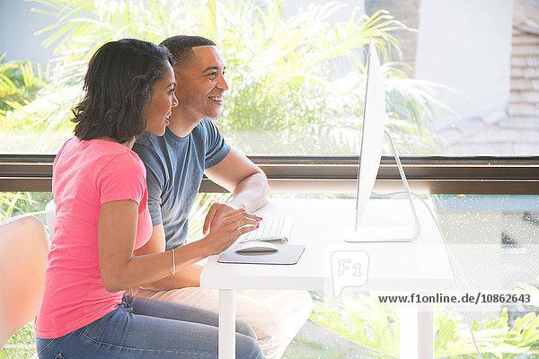 Koppeln über Computer neben dem Fenster