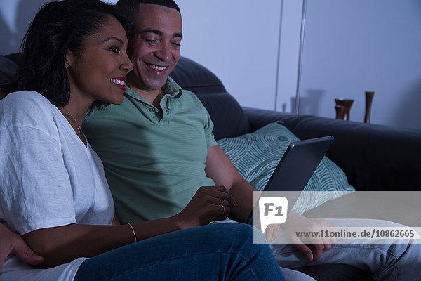 Paar mit Laptop auf dem Sofa