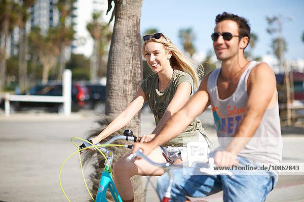 Ein glückliches Paar radelt gemeinsam am Venice Beach  Los Angeles  Kalifornien  USA