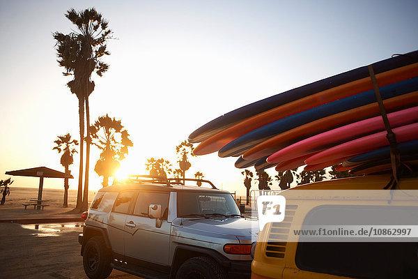Mehrfarbige Surfbretter am Fahrzeug festgebunden  Venice Beach  Los Angeles  USA
