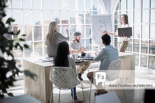 Präsentation des Designteams bespricht Entwürfe im Designstudio