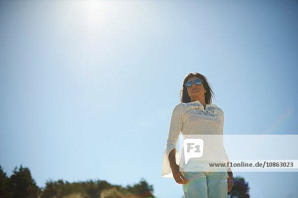 Frau unter heißer Sonne