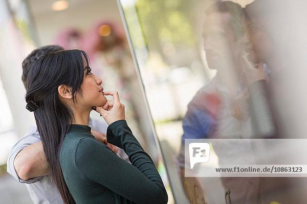 Seitenansicht des Schaufensterbummels eines Paares