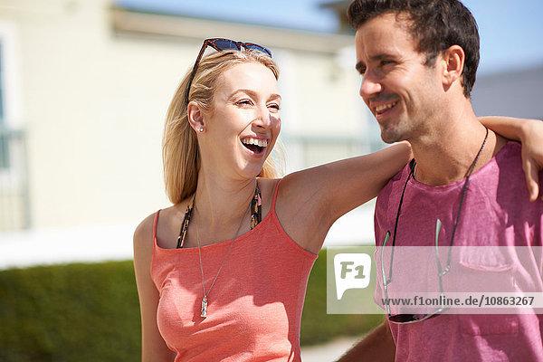 Paar  das im Freien spazieren geht und lacht