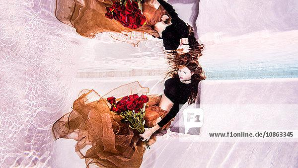 Frau unter Wasser mit Rosen