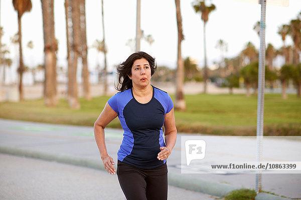 Frau in Sportkleidung beim Joggen
