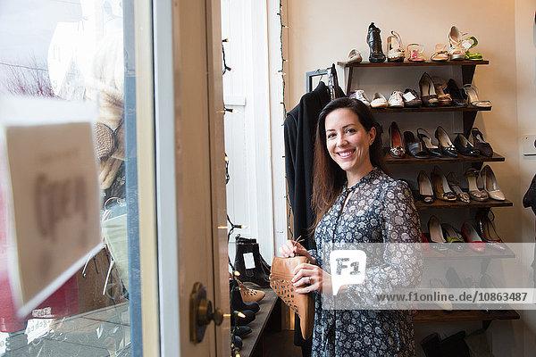 Geschäftsfrau im Oldtimerladen