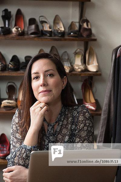 Geschäftsfrau träumt im Vintage-Laden