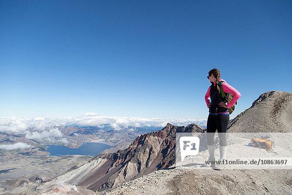 Junge Frau auf dem Berggipfel  Mt. St. Helens  Oregon  USA