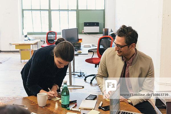 Amtskollegen beim Schreiben am Tisch