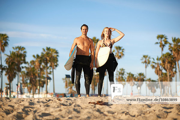 Surferpaar mit Surfbrettern mit Blick auf Venice Beach  Kalifornien  USA