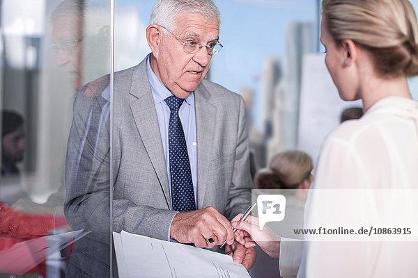 Leitender Geschäftsmann unterschreibt Papiere im Büro  New York  USA