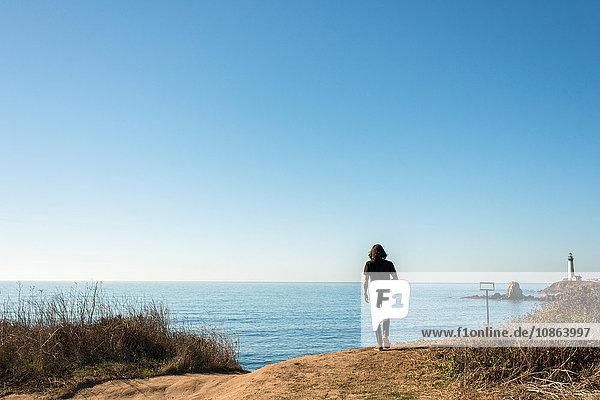 Mann mit Blick auf den Pazifischen Ozean am Highway 1  Kalifornien  USA