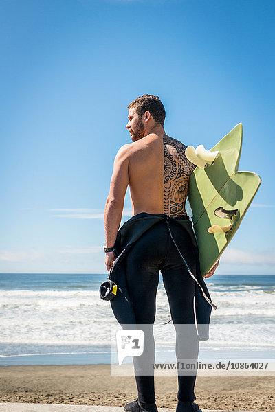 Surfer mit Surfbrett  San Francisco  Kalifornien  USA
