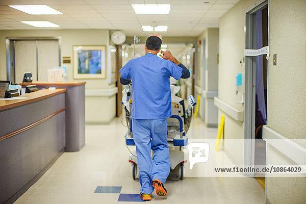 Krankenhauspersonal geht den Korridor entlang