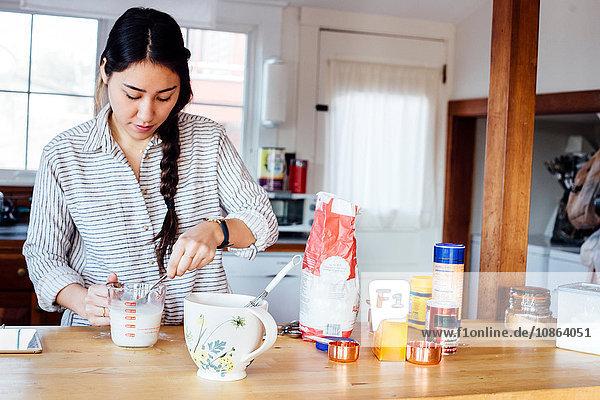 Frau in der Küche bei der Zubereitung von Waffelteig