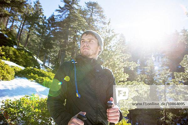 Wanderer genießt Aussicht  Mount Baldy  Kalifornien